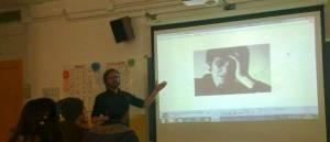 """L'artista Pere Llobera ha presentat """"Art als Murs"""" als alumnes del CFA Can Serra."""