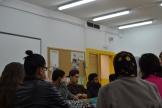 El pintor Pere Llobera quedà sorprès per l'alta participació dels alumnes a l'hora de pensar idees pel projecte