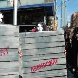 """Els protagonistes de la performance duien cartells amb les paraules: """"abandonat, tancat, oblidat i buit"""""""